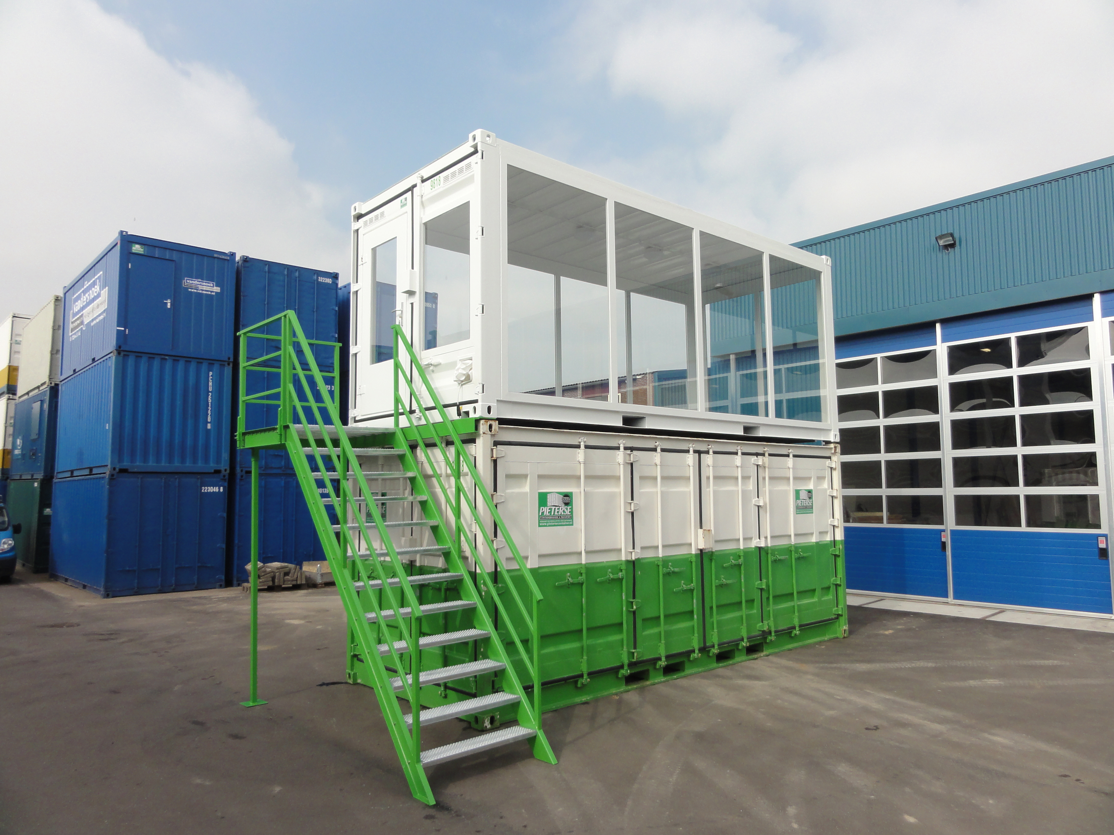Showroom container met stalen trap